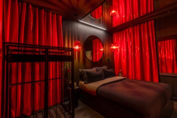 La cage du Lovehotel à Paris