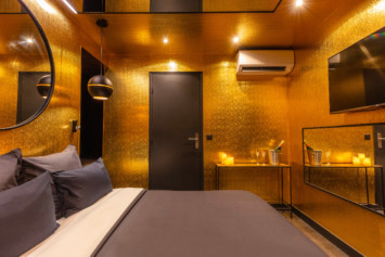chambre parure dorée Lovehotelaparis